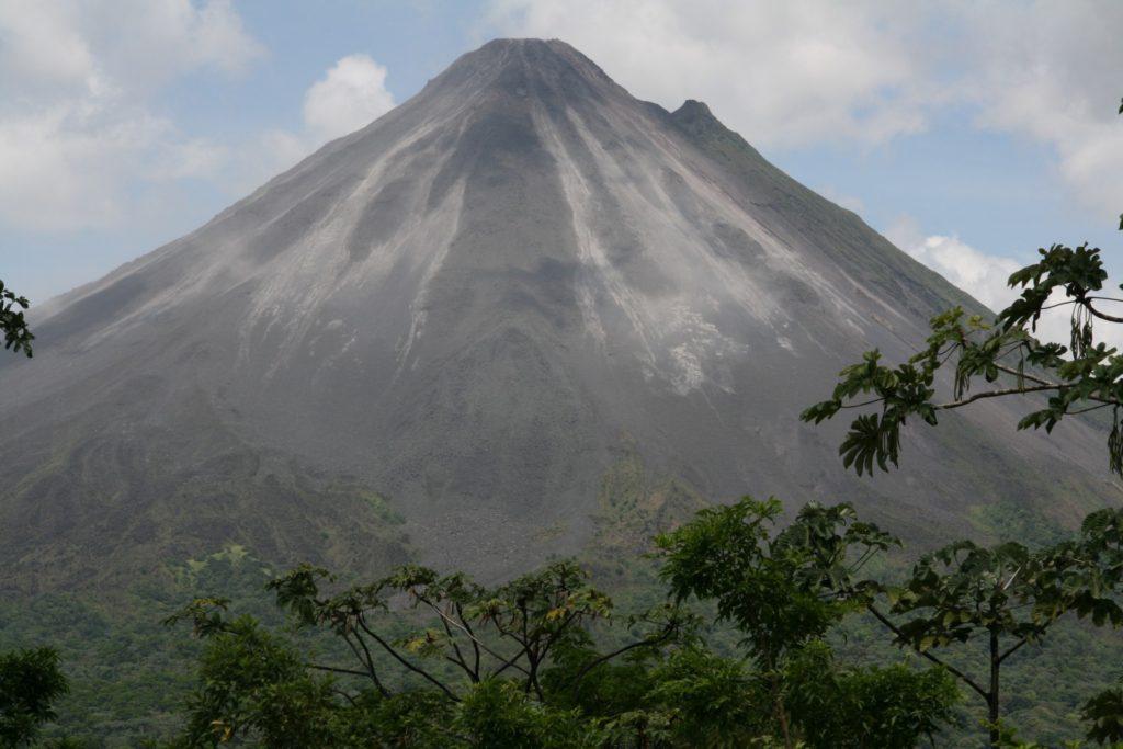 costa-rica-volcano-1392539786Dtx